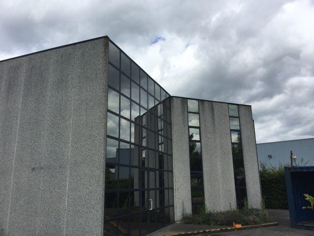 Industrieel pand met kantoren & showroom te huur in Ranst bij Antwerpen