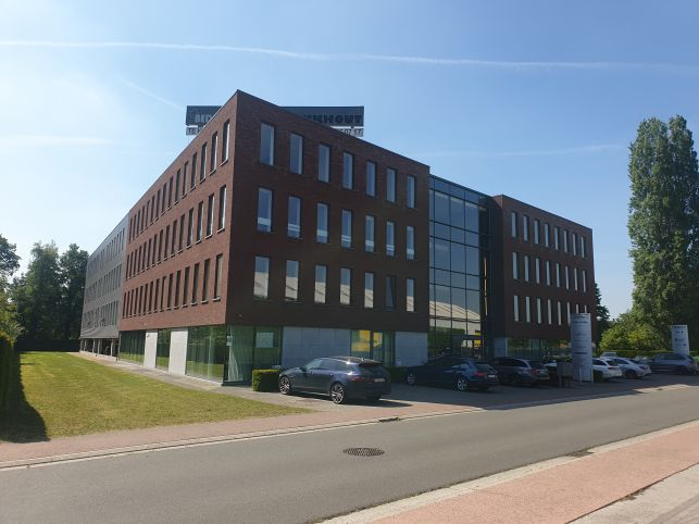 Office for rent at business center in Zele